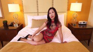 Asyalı Üvey Annesini Babasının Yatağında Sikiyor