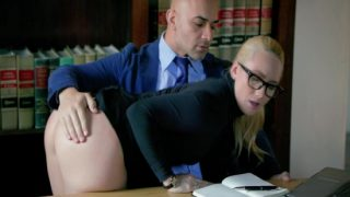 Sekreterini Cezalandırıyor